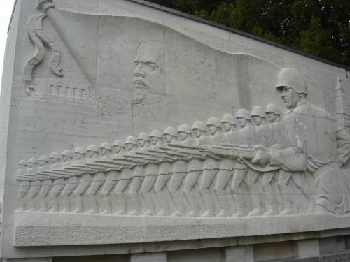 """Estela de soldados soviéticos en el frente, """"inspirados"""" por Lenin"""