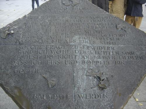 """Placa con el poema """"Ginkgo biloba"""" de Goethe"""